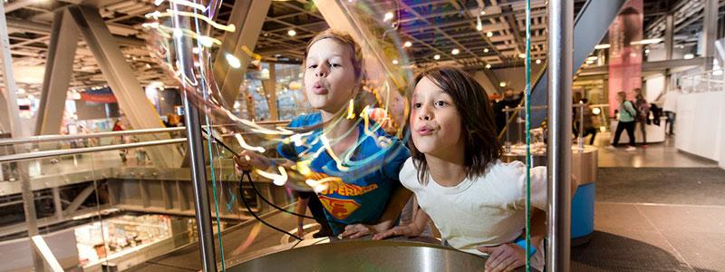dzieci dmuchające bańki w Centrum Nauki Kopernik